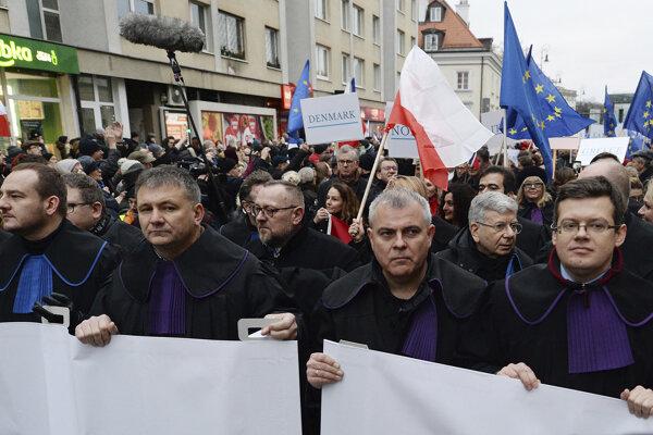 Sudcovia z rôznych krajín pochodovali v sobotu vo Varšave na podporu ich poľských kolegov.