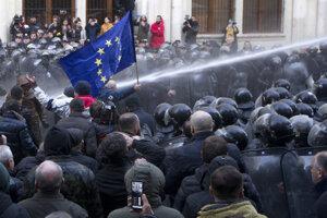Protivládne protesty v gruzínskom Tbilisi.
