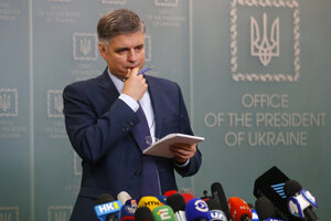 Ukrajinský minister zahraničných vecí Vadym Prystajko počas tlačovej konferencie k nehode ukrajinského dopravného lietadla.