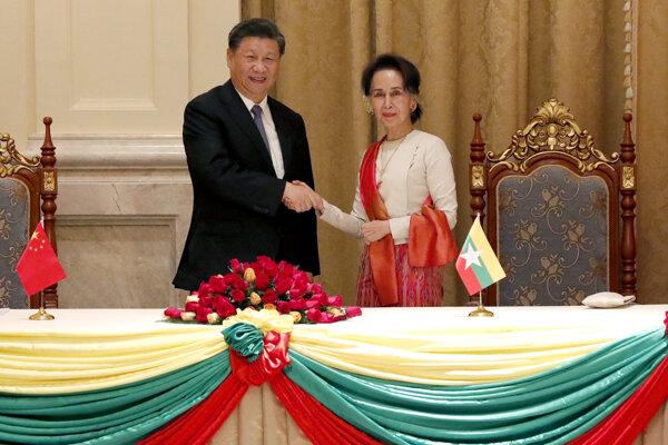 Čínsky prezident Si-ťin Pching si podáva ruku s mjanmarskou líderkou Aun Schan Su Ťij.