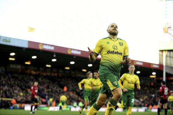 Hráč Norwichu Teemu Pukki oslavuje úvodný gól do bránky Bournemoutu vo futbalovom zápase anglickej Premier League Norwich City - FC Bournemouth v Norwichi 18. januára 2020. V pozadí vpravo Slovák Ondrej Duda.