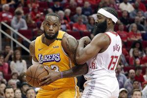 LeBron James a James Harden v súboji.
