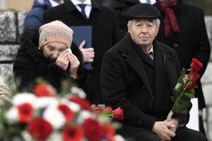 Obyvatelia obce počas spomienkového podujatia počas spomienkového podujatia pri príležitosti 75. výročia vypálenia obce nacistickými jednotkami.