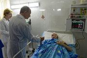 Prezident Vladimir Putin v sprievode ministerky zdravotníctva si trasie ruku s pacientom, ktorý sa stal obeťou teroristického útoku vo Volgograde v roku 2014. Pre obete ruského zdravotníctva si čas nenašiel.