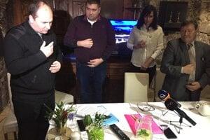 Kňaz Roman Matisovský (vľavo) žehná žiadosti o stimuly pre Domašu.