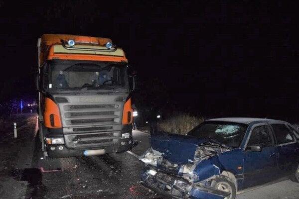 Po čelnej zrážke zahynul vodič osobného auta.