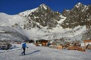 Skialpinista sa pozerá na Lomnický štít na Skalnatom plese.