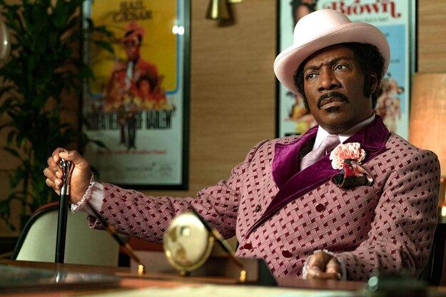Keď komik Eddie Murphy stvárňuje komika Rudyho Raya Moora.