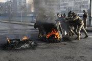 Policajné jednotky hasia požiare v uliciaach Bejrútu.