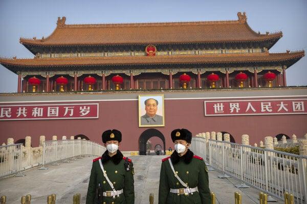 Strážcovia pred pamätníkom Mao Ce-tunga v Pekingu.