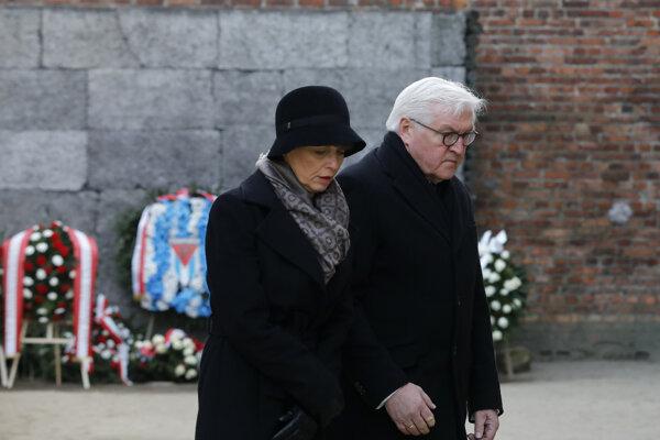 Nemecký prezident Frank-Walter Steinmeier s manželkou Elke Buedenbenderovou počas návštevy bývalého koncentračného tábora Auschwitz-Birkenau.