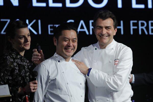 Dve hviezdičky michelinskí inšpektori pridelili i parížskej reštaurácii L'Abysee v Pavillon Ledoyen, ktorú vedie Japonec Jasunari Okazaki.