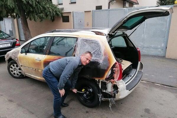 Eduard Buraš pri svojom zničenom aute.