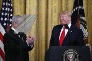 Trump predstavil mierový plán na riešenie izraelsko-palestínskeho konfliktu.