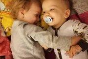 Alexova sestra Dianka si myslí, že jej brat nechodí, lebo je na to ešte maličký.