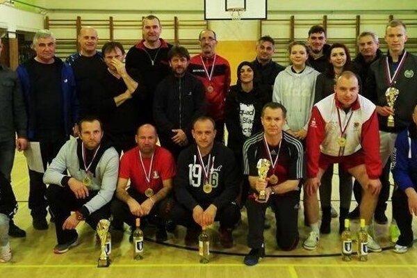 Spoločná fotka na turnaji nohejbalistov.