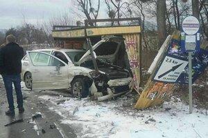 Škoda Octavia zničila zastávku.