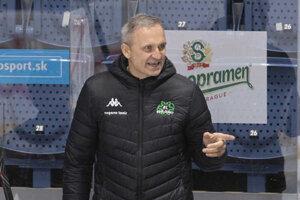 Miroslav Mosnár na novozámockej lavičke počas zápasu.