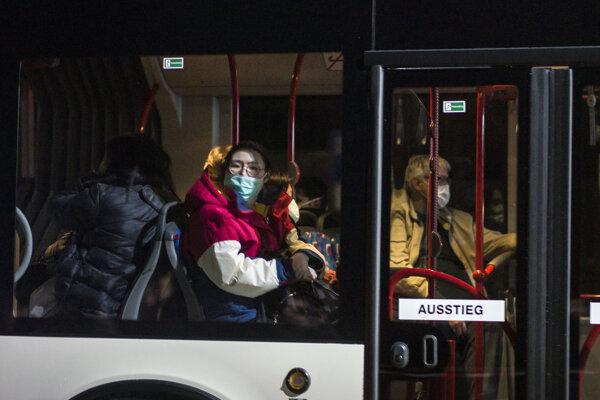 Autobus s nemeckými obyvateľmi evakuovanými z Číny v nemeckom Germersheime.