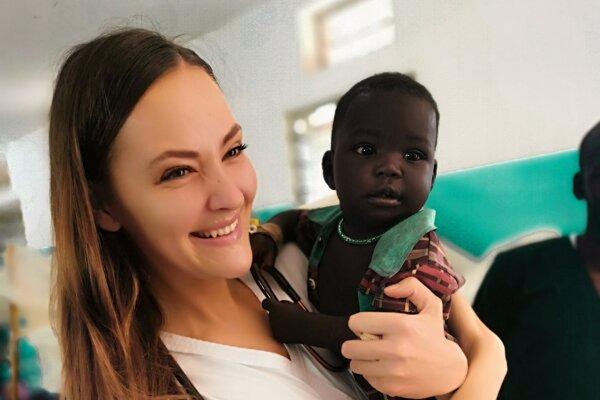 Monika pomáha deťom v Afrike.