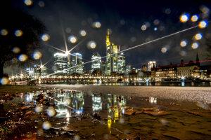 Daždivé utorkové ráno v nemeckom Frankfurte.