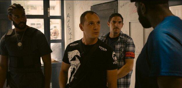 Herci (zľava) Djebril Zonga, Alexis manenti a Damien Bonnard vo filme Les Miserable. Bedári.
