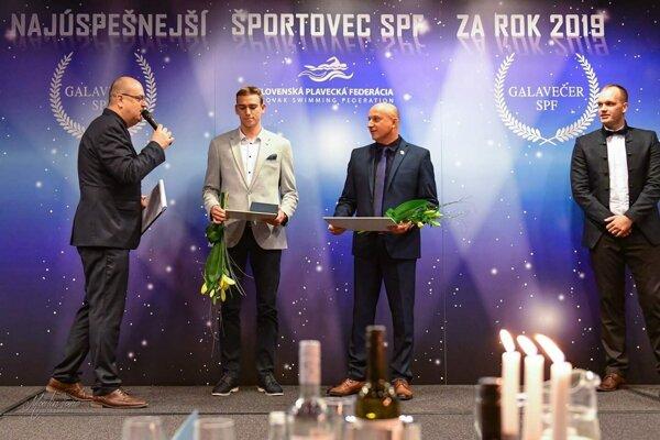 Na slávnostnom Galavečere druhý zľava Alex Kušík, vedľa neho jeho tréner Michal Knihár.