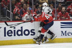 Martin Feherváry (dole) a Trevor Lewis v súboji v zápase NHL.
