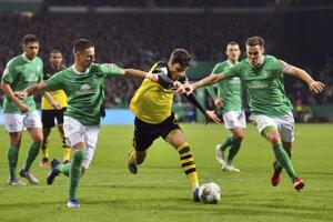 Giovanni Reyna (v strede) v zápase Werder Brémy - Borussia Dortmund.