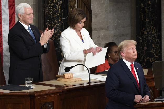 Predsedníčka Snemovne reprezentantov amerického Kongresu Nancy Pelosiová trhá Trumpov prejav.