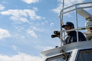 Micuhiko Maeda, kapitán lode Čipaširi na pozorovanie veľrýb, sa pozerá na vody počas výletu neďaleko Abaširi 29. septembra 2019. Sledovanie veľrýb je v japonsku stále populárnejšie, odkedy sa krajina vrátila k lovu veľrýb.