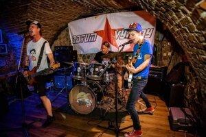 Kapela Reakcia: zľava – Matej Fedor (basgitara, vokály), Richard Lenz (bicie), Martin Zachardala ( gitara, spev).