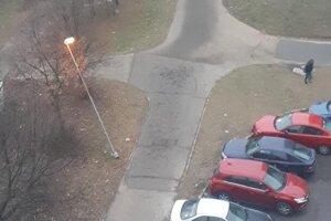 Lampu na Hemerkovej ohlo auto. Starosta Ladislav Lörinc tvrdí, že ju vymenili až po ôsmich mesiacoch.