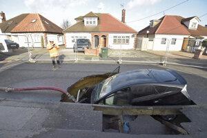 Auto skončilo v diere po prepadnutí vozovky v meste Appleby-in-Westmorland na severozápade Anglicka.