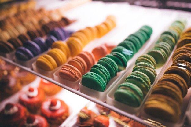 Farebné makrónky sú chutný suvenír