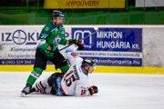 Na ľade Bystričan Hickmott nad ním útočník Nových Zámkov Filip Bajtek. Na konci zápasu sa viac radovali hráči v bielych dresoch.