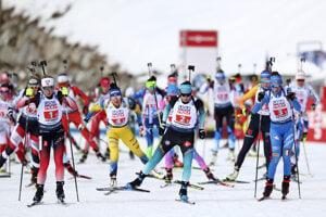 Na snímke zľava Nórka Marte Olsbu Roeiselandová, Francúzka Julia Simonová a Talianka Lisa Vittozziová v popredí po štarte súťaže miešaných štafiet na 4x6 km na MS v biatlone v talianskej Anterselve.