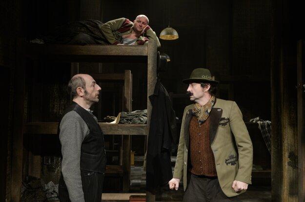Csongor Kassai ako Herzl a Lukáš Latinák ako Hitler, v pozadí Gregor Hološka ako Lobkowitz.