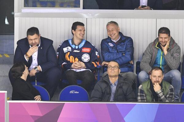 Zľava športový riaditeľ HC Košice Jan Štastný, nová posila Košíc Denis Paršin a prezident HC Košice Július Lang.