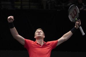 Kyle Edmund oslavuje triumf na turnaji ATP v New Yorku.