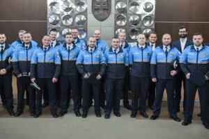 Sedemnásť mestských policajtov zložilo sľub v nových prechodných uniformách.