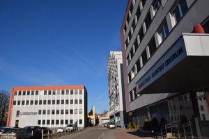 Vľavo budova katastrálneho odboru na Komenského ulici, vpravo hlavná budova klientskeho centra na Rozmarínovej ulici v Leviciach.