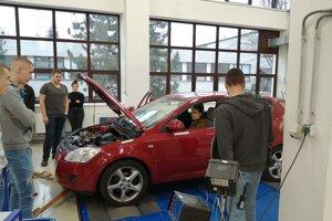 V tomto laboratóriu testovania vozidiel sa bude čiastočne odohrávať aj výučba nového bakalárskeho študijného programu Expertízna činnosť.