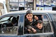 Civilisti utekajúci z Idlibu smerom na sever. Bezpečie hľadajú v blízkosti hranice s Tureckom (15. februára 2020).