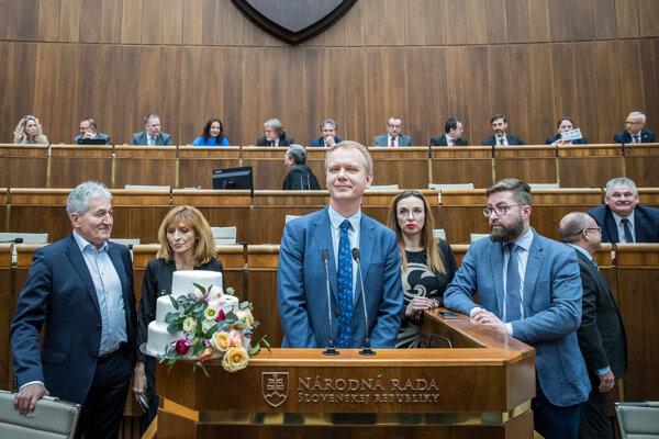 Poslanci Alan Suchánek, Viera Dubačová, Miroslav Beblavý, Simona Petrík, Martin Poliačik a Jozef Mihál počas zasadnutia mimoriadnej schôdze.