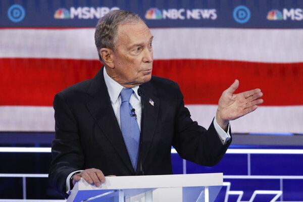 Michael Bloomberg počas debaty.