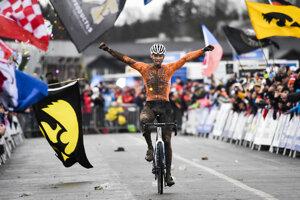 Mathieu van der Poel sa teší z tretieho titulu majstra sveta v cyklokrose.
