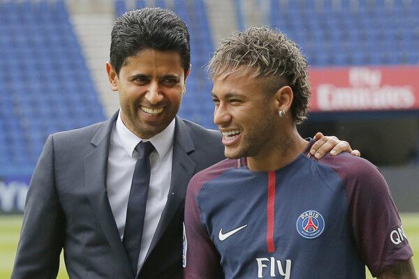 Na snímke vpravo brazílsky futbalový útočník Neymar, vľavo prezident klubu Paris Saint-Germain (PSG) Nasser Al-Khelaifi na štadióne PSG v Paríži 4. augusta 2017.