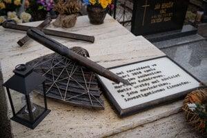 Okrem pera, ktoré je pripomienkou Jánovej novinárskej profesie je na hrobe aj amfora, ktorá má zas pripomínať profesiu archeologičky jeho snúbenice Martiny Kušnírovej.