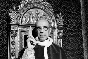 Na archívnej snímke zo septembra 1945 pápež Pius XII. dáva požehnenie vo Vatikáne.